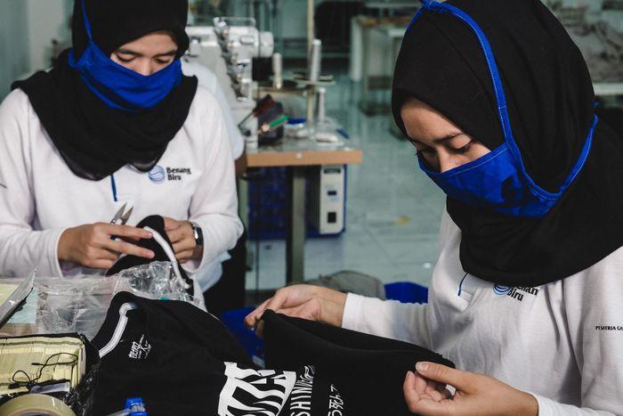 Pekerja melakukan proses finishing produksi baju di Pabrik Benang Biru di Bandung, Jawa Barat, Kamis (20/12/2018). Foto: dok. Benang Biru