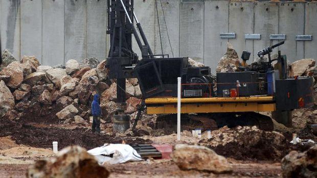 Operasi pencarian dan penghancuran terowongan Hizbullah melibatkan alat berat.