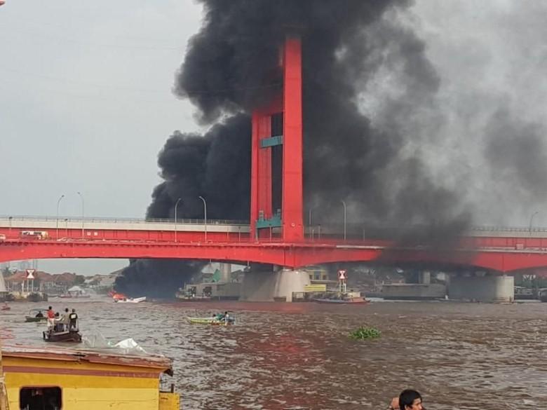 Kapal BBM Meledak di Sungai Musi, Asap Tutupi Jembatan Ampera