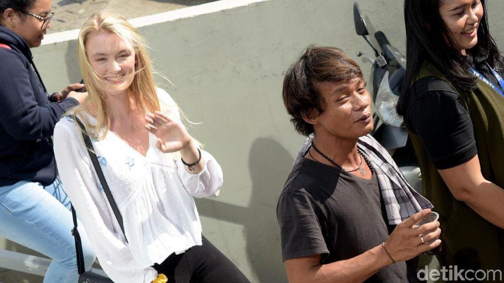 Balik ke Indonesia, Bule Cantik Asal Inggris Peluk Hangat Nur Khamid
