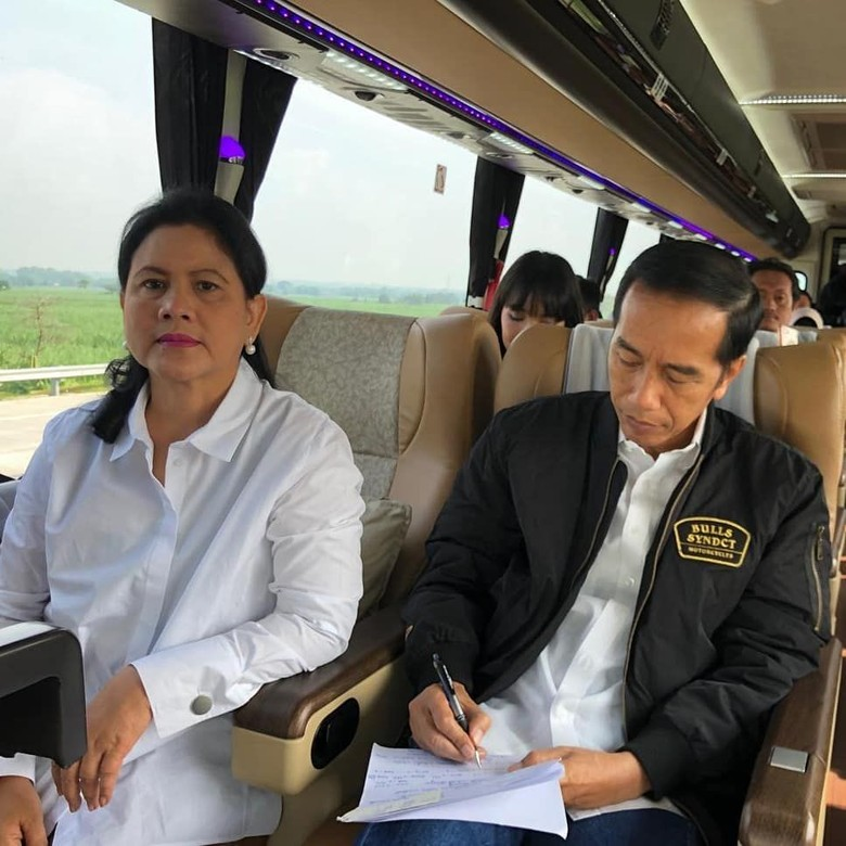 Jokowi saat naik bus didampingi sang istri. Foto: Dok. Instagram/Joko Widodo