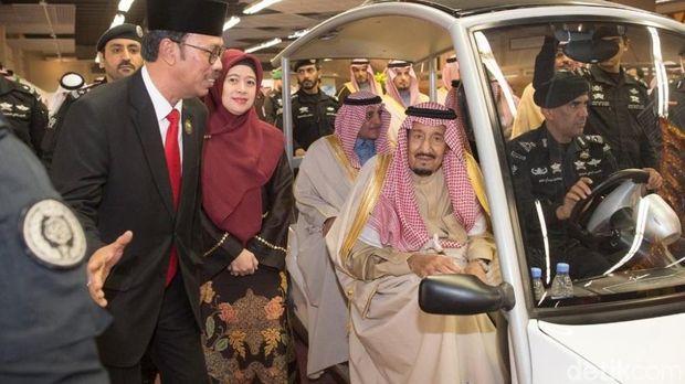 Raja Salman usai berkeliling meninjau Paviliun Indonesia