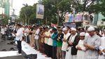 Massa Membaur Menolak Kekerasan pada Muslim Uighur