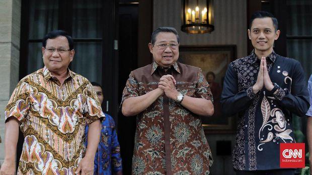 Ketum Partai Demokrat SBY dan anaknya, AHY, bersama capres Prabowo Subianto.
