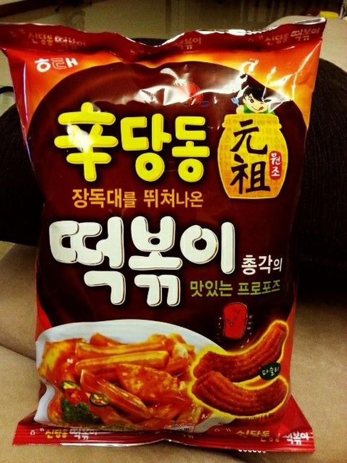 Kalau biasanya tteokbokki disajikan dengan kuah merah yang hangat. Camilan ekmasan ini berisi tteokbokki yang memiliki tekstur renyah. Bisa didapatkan di supermarket di Korea Selatan. Foto: Istimewa