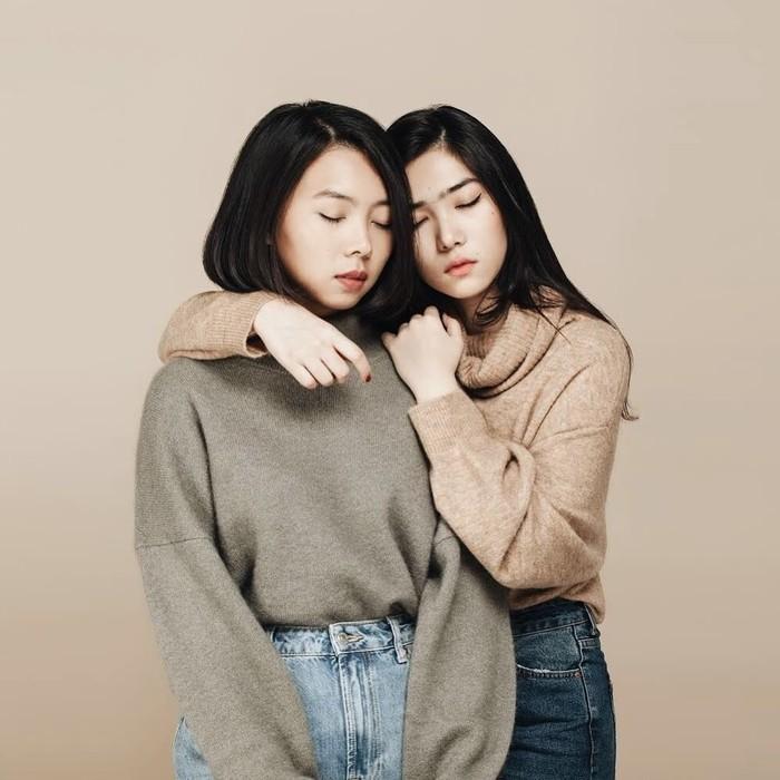 Rara dan Isyana baru saja mengeluarkan single terbaru mereka yang berjudul Luruh. Keduanya tampil kompak sama-sama cantik dan jago tarik suara. Foto: instagram @rarasekar