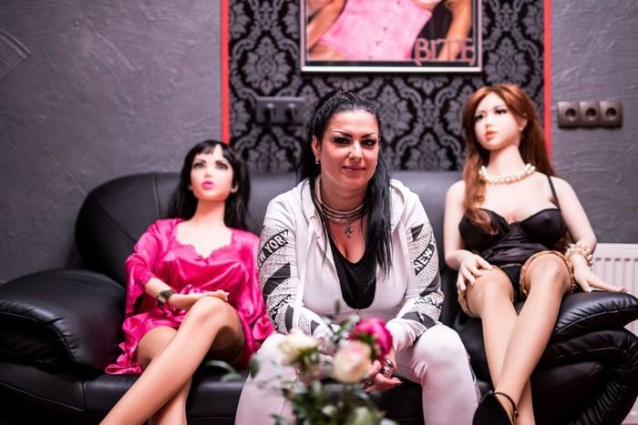 Sang pemilik, Evelyn Schwarz, berpose bersama beberapa boneka seks di Bordoll. (Foto: Lukas Schulze/Getty Images)