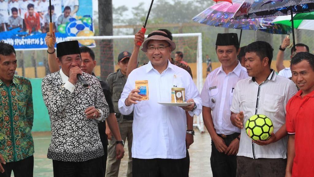 Di Bengkulu, Mendes Tinjau Lapangan Bola yang Didanai Dana Desa