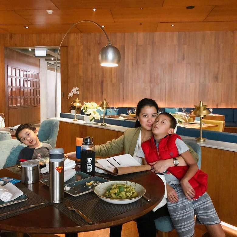 Aktris 38 tahun ini sempatkan malam mingguan dengan dua jagoannya. Ia memilih staycation di hotel sambil mencicip makanan enak. Foto: Instagram marcella.zalianty