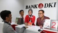 Pemimpin Grup Pengembangan Jaringan Bank DKI, Romy Wijayanto berbincang dengan nasabah usai melakukan pembukaan rekening dan melakukan peresmian Kantor Kas Bank DKI Pasar Anyar di Tangerang, Banten. Foto: dok. Bank DKI