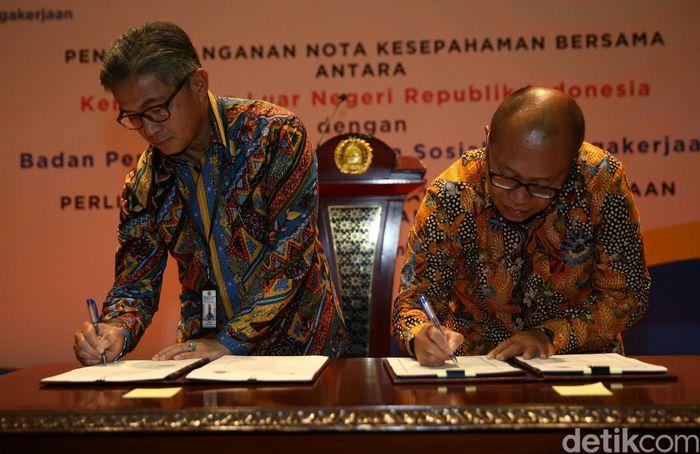 Direktur Utama BPJS Ketenagakerjaan Agus Susanto dan Sekretaris Jenderal Kemenlu Mayerfas menandatangani kerja sama di Jakarta, Jumat (21/12/2018).