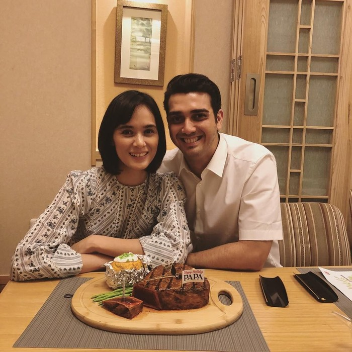 Wanita berusia 36 tahun ini menikah dengan Fachri Albar sejak tahun 2014 lalu. Ini pose romantis mereka saat rayakan ulang tahun, dengan kue bentuk steak dan mashed potato. Foto: Instagram @renata711