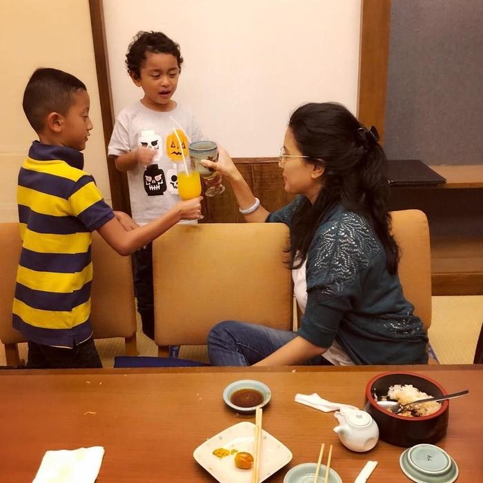 Anak kedua Marcella, Aryton Magali Sastra Soeprapto mengidap tumor otak. Marcella pun selalu berusaha menyemangati putranya seperti cheers dengan minuman. Foto: Instagram marcella.zalianty