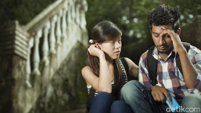 Pasangan saling menghibur saat sedang stres dan kacau. Foto: iStock