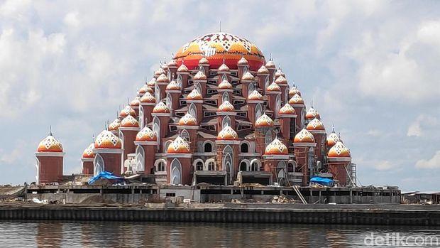 Masjid rancangan Ridwan Kamil di Makassar /