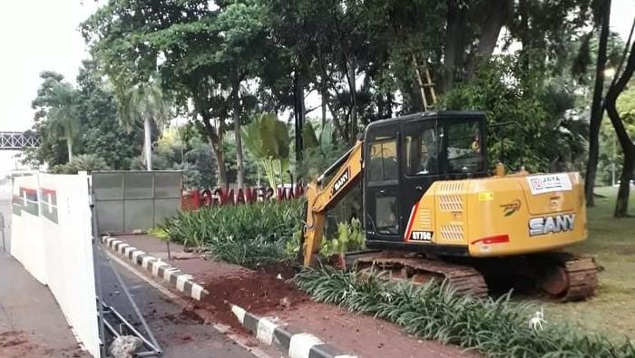 Kebocoran pipa gas di Taman Semanggi yang diduga karena terkena alat berat pembuatan mainhole utilitas. (Foto: dok. TMC Polda Metro)