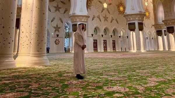Pada bulan Desember tahun 2018 lalu, bek Spanyol Sergio Ramos juga sempat mampir ke Masjid Agung Sheikh Zayed. Masuk ke dalam Mesjid tersebut, Ramos berpakaian rapi ala Syekh (sergioramos/Instagram)