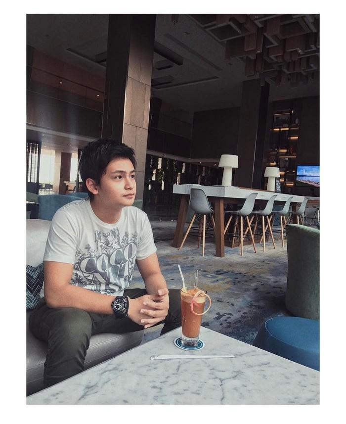 Lahir di Surabaya, Randy Martin kerap membintangi sejumlah film dan sinetron. Ini posenya saat menikmati minuman kopi susu dingin disebuah kafe. Foto: Instagram @randymartinnn