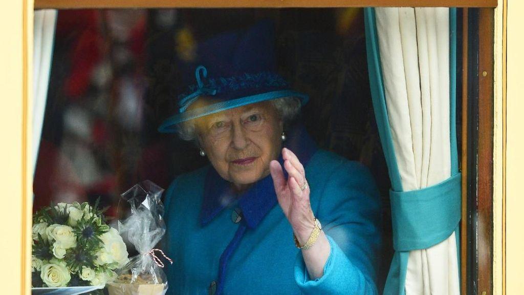 Foto: Saat Ratu Elizabeth II Mudik Natal Pakai Transportasi Umum