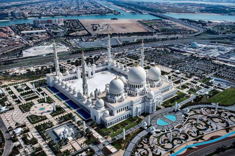 Masjid Sheikh Zayed punya luas 22.412 meter persegi dan mampu menampung 40 ribu jamaah. Masjid serba putih ini disebut-sebut sebagai salah satu masjid terindah di dunia (iStock)