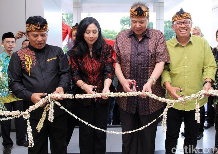 Chairul Tanjung didampingi Anita Tanjung dan Bupati Bandung Dadang M Nasser menggunting rangkaian bunga sebagai tanda diresmikannya Transmart Soreang, Kabupaten Bandung, Jumat (21/12/2018).