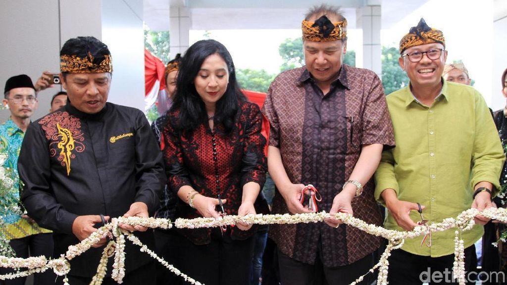 Pakai Iket Sunda, CT Resmikan Transmart di Soreang