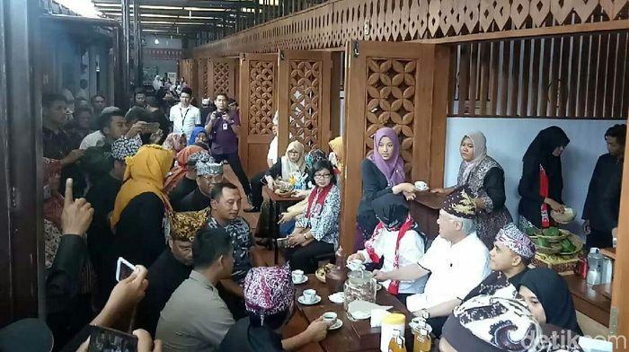 Di pasar tradisional tersebut, Enggar didampingi Bupati Banyuwangi Abdullah Azwar Anas menikmati nasi bungkus dan kopi khas Banyuwangi yang terkenal dengan cita rasanya dan telah diekspor ke berbagai negara. Foto: Ardian Fanani