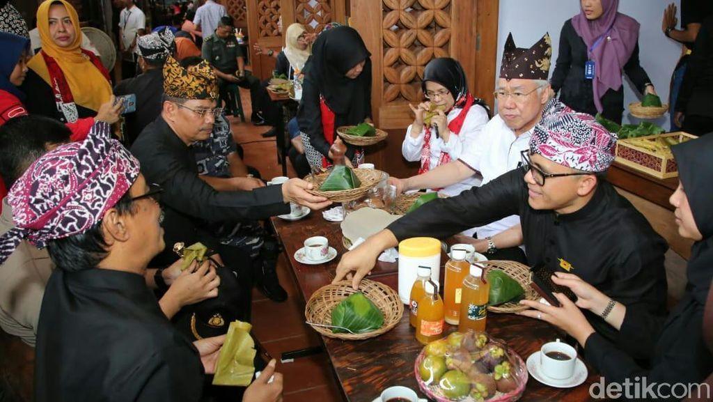 Saat Mendag Nikmati Nasi Bungkus Goceng di Pasar Banyuwangi