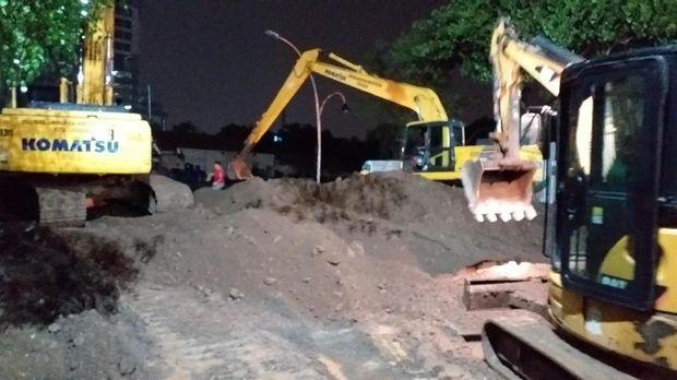 Meski diguyur hujan, perbaikan Jalan Gubeng tetap berlangsung