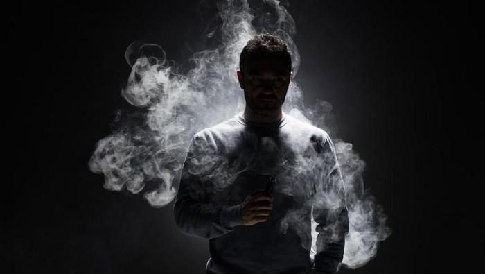 Aman atau tidaknya rokok elektrik selalu jadi perdebatan (Foto: iStock)