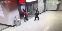 Menyentuh, Ayah Temani Anak Kerjakan PR di Stasiun Saat Rumah Mati Lampu