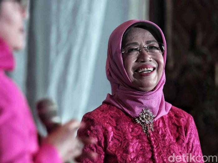 Ibunda Presiden Jokowi, Sujiatmi Notomiharjo menerima penghargaan Perempuan Tangguh Award 2018. Penghargaan tersebut diberikan oleh relawan Jokowi-Maruf Amin di Sekretariat Pertiwi, Jakarta Pusat, Sabtu (22/12/2018).