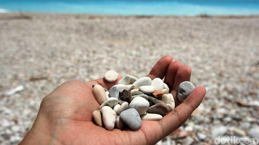 Bukan Pasir, Pantai Cantik di Kupang Ini Isinya Batu
