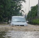 Cara Aman Menerjang Banjir dengan Mobil