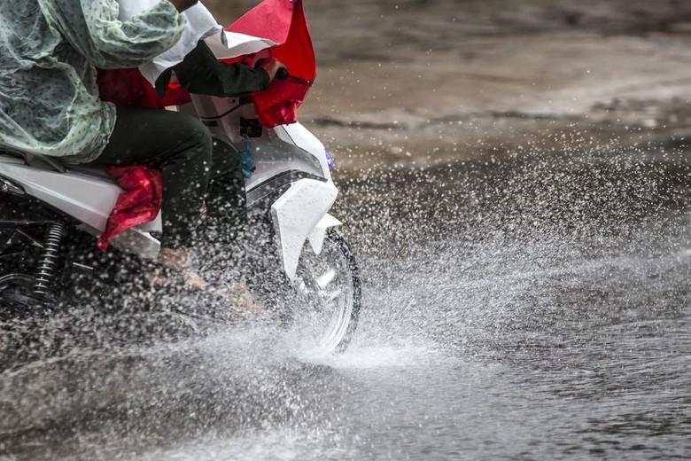 Naik motor saat hujan jalanan lebih licin. Foto: Shutterstock