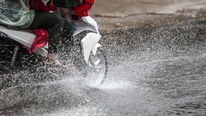 Motor saat hujan