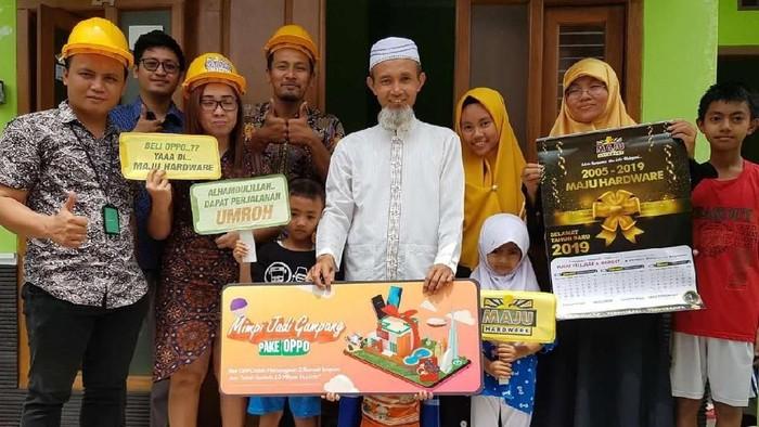 Teguh Suprianto (tengah), mendapat perjalanan umroh sebagai bagian dari kampanye Mimpi Jadi Gampang yang diinisiasi Oppo. Foto: Dok. Oppo