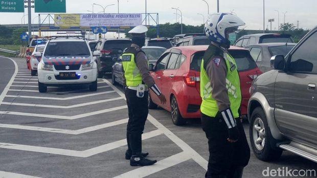Tol Pandaan-Malang Dipadati Kendaraan, Pengendara: Penasaran