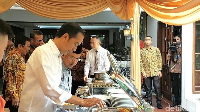 Presiden Jokowi mengunjungi rumah pribadi Wapres JK di Makassar. Jokowi disajikan berbagai makanan, Jokowi memilih mi titi khas Makassar. (M Taufiqqurrahman/detikcom)
