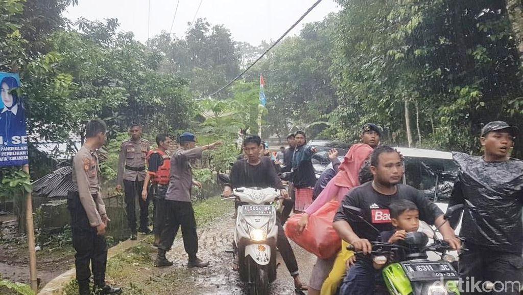 Potret Warga Carita Ramai-ramai ke Bukit karena Ada Sirine Meraung