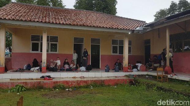 Warga dan wisatawan mengungsi akibat tsunami Anyer, Banten