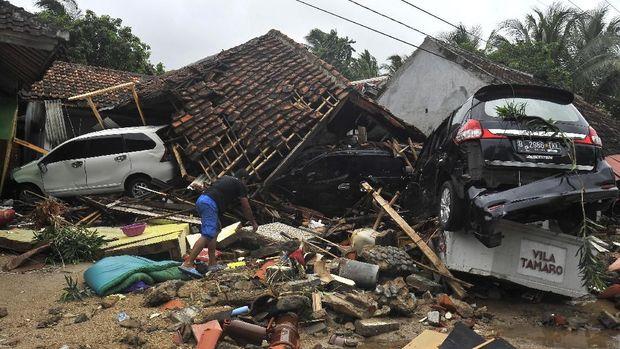 Puluhan penginapan di Banten rata dengan tanah akibat tsunami Selat Sunda.