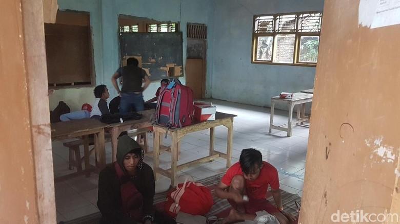 Tsunami Anyer, Wisatawan Mengungsi ke Sekolah dan Masjid