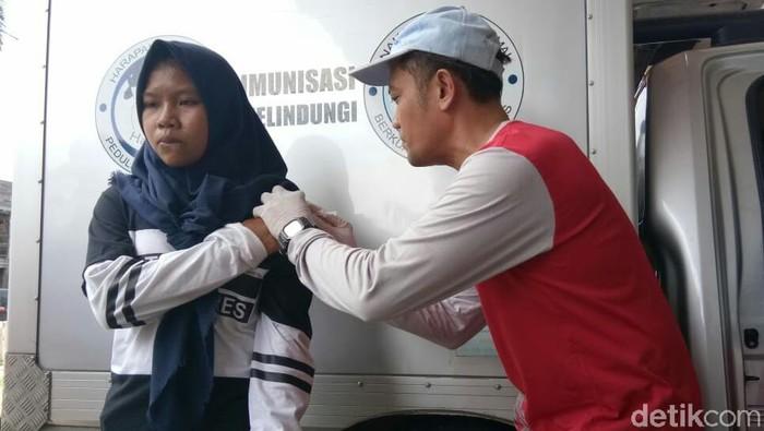 Salah seorang anak mendapat imunisasi (Foto: Ardian Fanani/detikHealth)