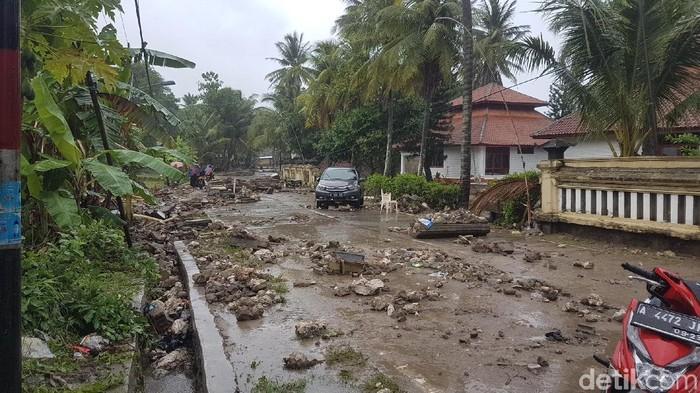 Suasana di dekat Pantai Anyer usai tsunami pada Minggu (23/12/2018) pagi. Foto: Bahtiar Rifai/detikcom