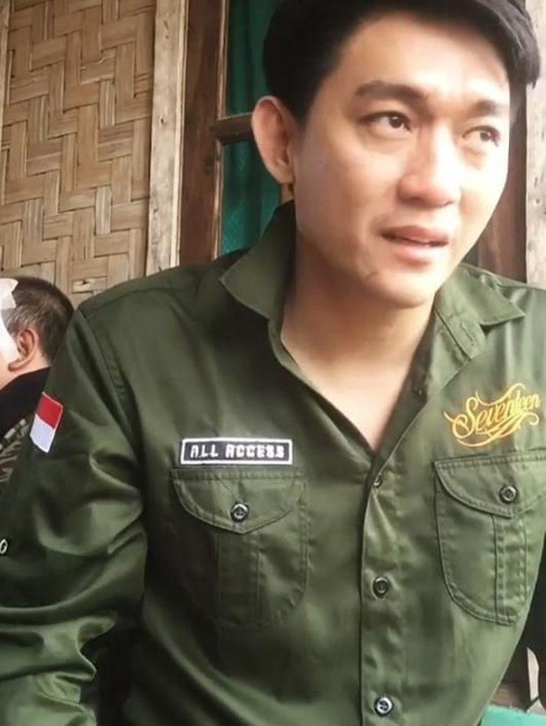 Menggunakan pakaian berwarna hijau, Ifan memposting video dirinya dalam keadaan sehat. Sabtu (22/12) Ifan tergulung tsunami saat sedang mengisi acara di Anyer. Foto: Ifan Seventeen (Instagram)