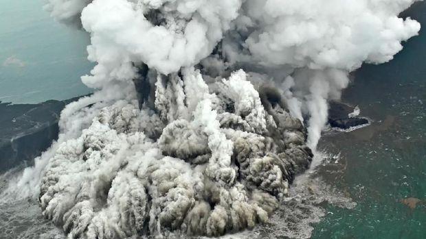 Penampakan erupsi Gunung Anak Krakatau