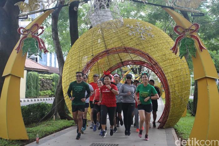 Berlari sejauh 10km dengan menggunakan atribut santa tentu menjadi sangat menyenangkan karena unik. (Foto: Kireina/detikHealth)