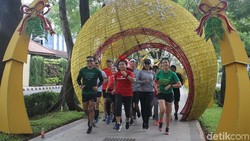 Menyambut perayaan natal dan tahun baru, komunitas Indorunners kembali menggelar Santa Run. Joging bersama dengan atribut santa yang tentunya unik dan seru!