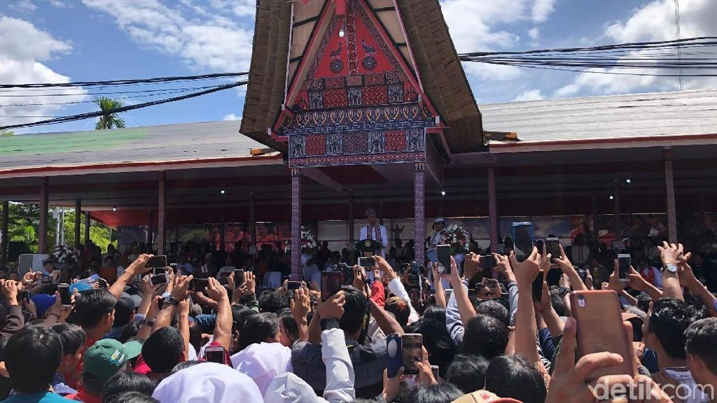 Berpakaian Adat Toraja, Jokowi Hadiri Perayaan Natal Oikumene